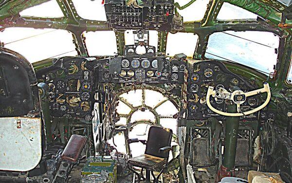 Stan kokpitu Tu-104 w Bierdsku przed rozpoczęciem odnowienia - Sputnik Polska