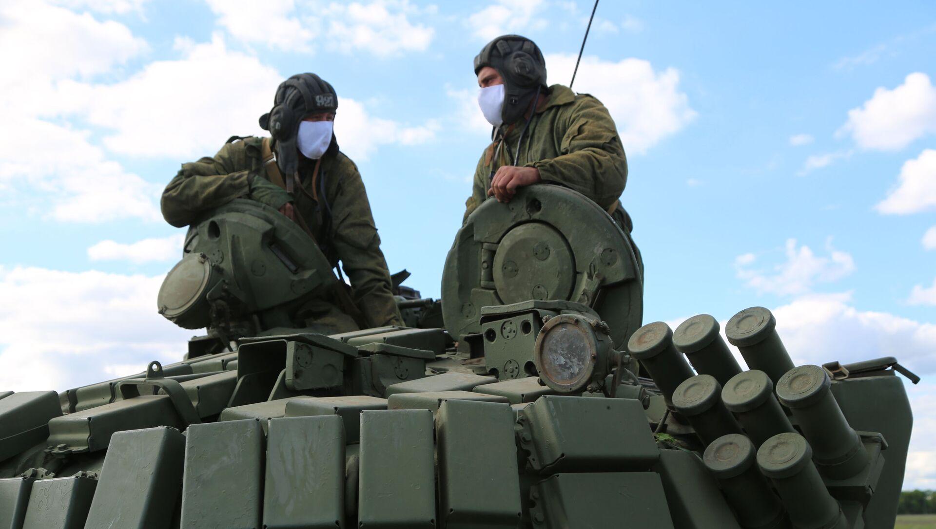 Czołgiści Milicji Ludowej  przy linii rozgraniczającej strony konfliktu w Donbasie - Sputnik Polska, 1920, 07.03.2021