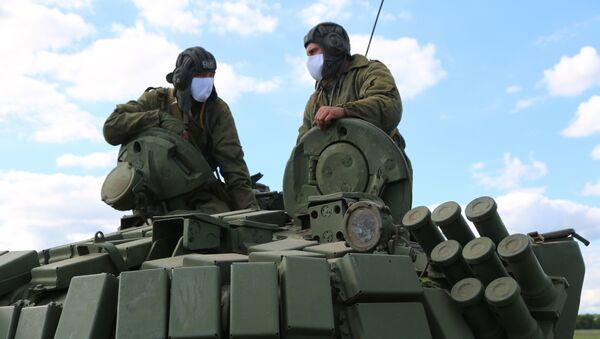Czołgiści Milicji Ludowej  przy linii rozgraniczającej strony konfliktu w Donbasie - Sputnik Polska