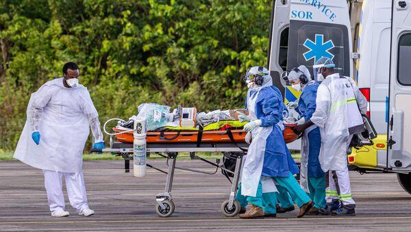 Lekarze dostarczają do szpitala pacjenta z koronawirusem - Sputnik Polska