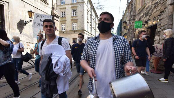 Uczestnicy związku zawodowego protestują we Lwowie domagając się wsparcia ekonomicznego po ograniczeniach związanych z koronawirusem - Sputnik Polska