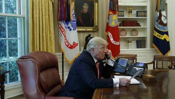 Donald Trump rozmawia przez telefon - Sputnik Polska