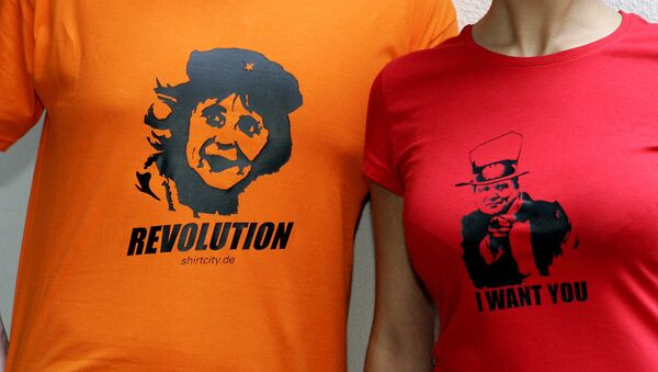Koszulki ze zdjęciami kanclerza Niemiec Angeli Merkel jako Che Guevara oraz Gerharda Schrödera jako Wuj Sam - Sputnik Polska