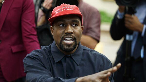 Raper Kanye West w czapce z daszkiem z napisem Uczynimy Amerykę znowu wielką na spotkaniu z Donaldem Trumpem w 2018 roku - Sputnik Polska