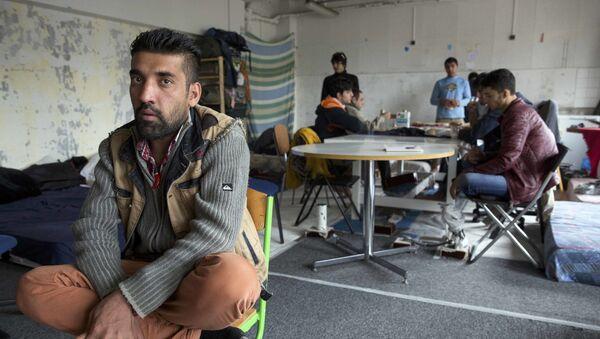 Migranci w budynku liceum imienia Jean Quarre w Paryżu - Sputnik Polska