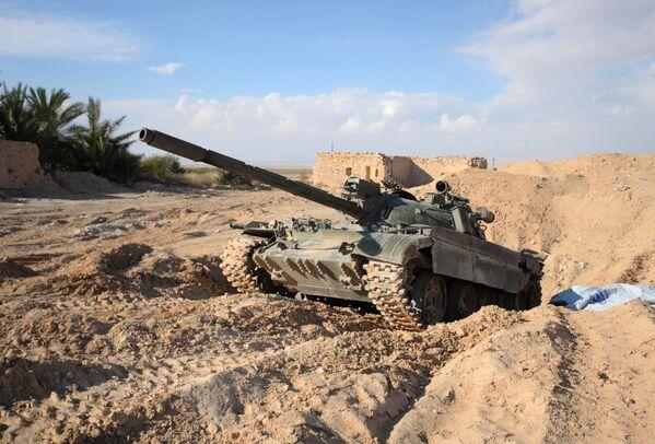 Czołg Т-72 przy drodze z Himsa do Palmiry w Syrii - Sputnik Polska