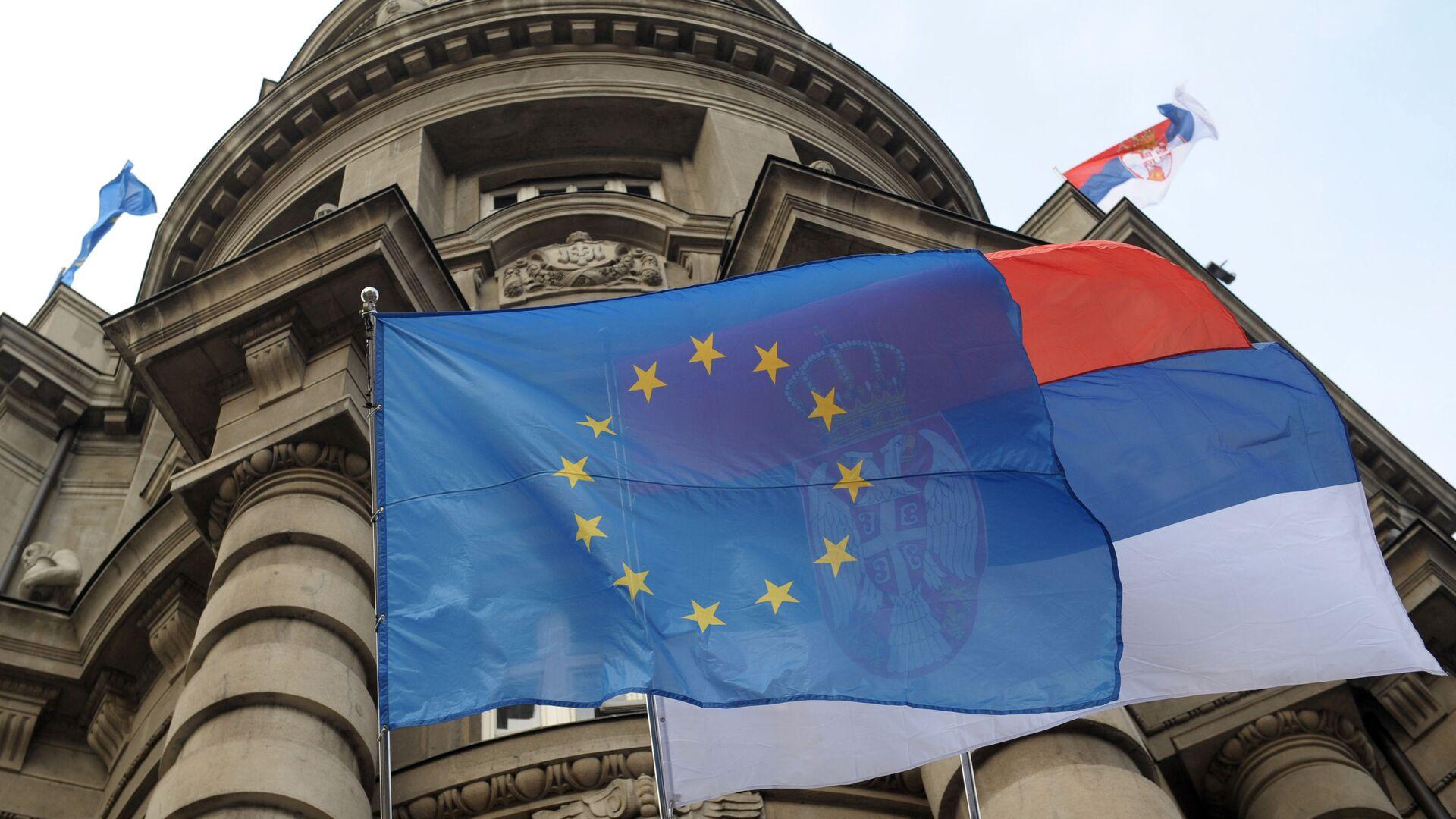 Flagi UE i Serbii na fasadzie budynku rządu w Belgradzie - Sputnik Polska, 1920, 30.09.2021