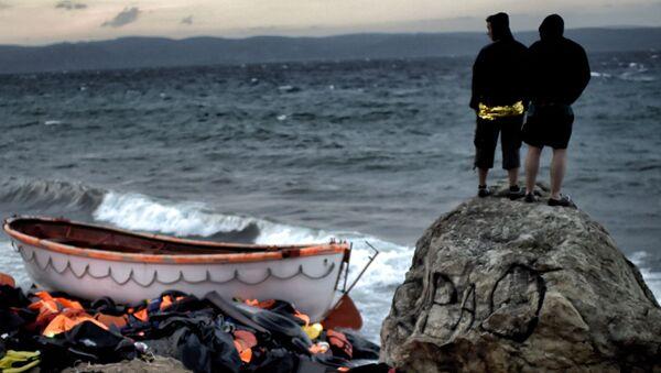 Uchodźcy na brzegu morza na wyspie Lesbos w Grecji - Sputnik Polska