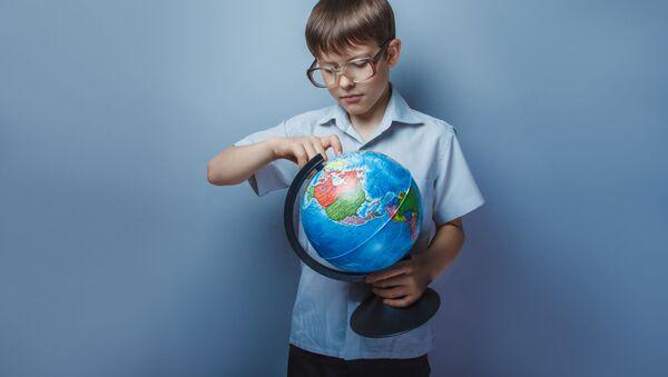 Chłopiec studiujący globus - Sputnik Polska