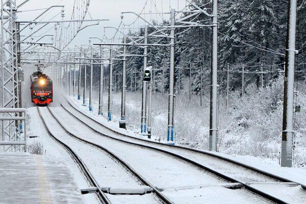 Podmiejski pociąg przyjeżdża na stację kolejową pod Moskwą - Sputnik Polska
