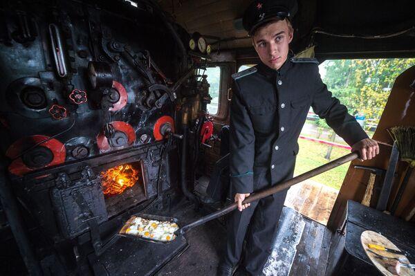 Maszynista podczas przygotowywania jajecznicy w pociągu - Sputnik Polska
