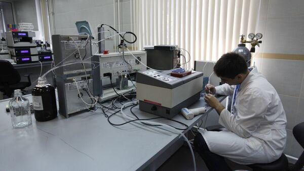 Pracownik laboratorium centrum antydopingowego akredytowanego przez WADA w Moskwie - Sputnik Polska