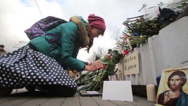 Kwiaty przed ambasada Francji w Moskwie - Sputnik Polska