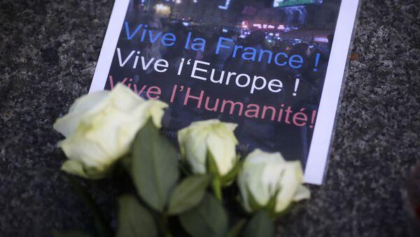 Kwiaty pod ambasadą Francji w Berlinie - Sputnik Polska