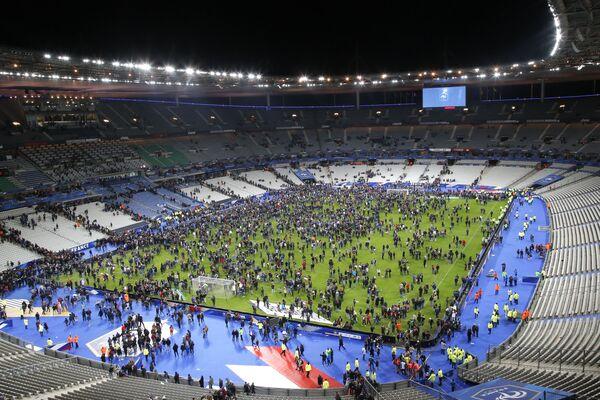 Przerażeni widzowie na stadionie Stade de France - Sputnik Polska