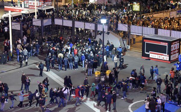 Widzowie wychodzą ze stadionu Stade de France po ataku terrorystycznym - Sputnik Polska