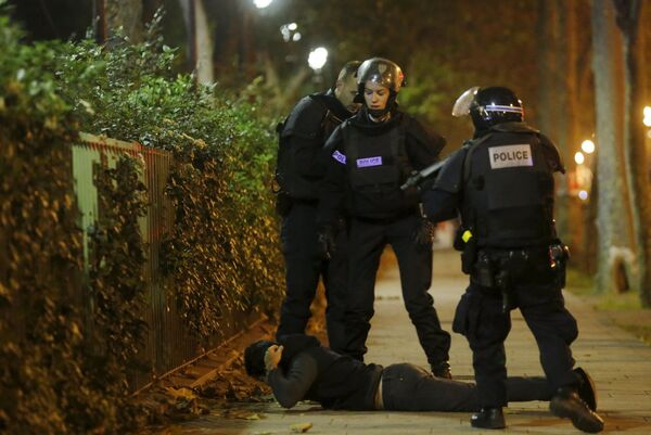 Policja  sprawdza mężczyznę niedaleko teatru Bataclan w Paryżu - Sputnik Polska