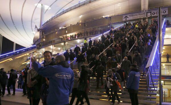 Ludzie wychodzą ze stadionu Stade de France po ataku terrorystycznym - Sputnik Polska