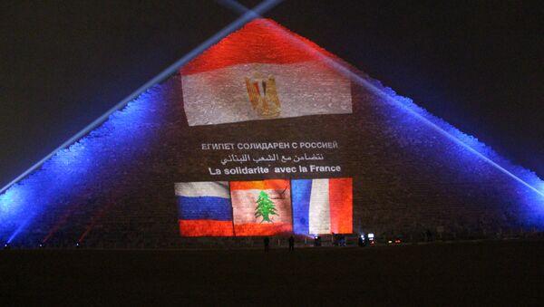 Egipcjanie oświetlili piramidę Cheopsa flagami Rosji, Francji i Libanu - Sputnik Polska