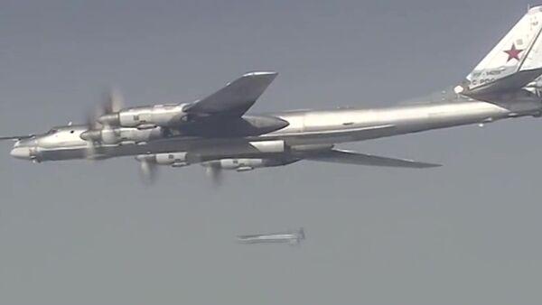 Samolot Tu-95 Sił Powietrzno-Kosmicznych Rosji podczas misji bojowej w celu zniszczenia obiektów infrastruktury PI w Syrii. - Sputnik Polska