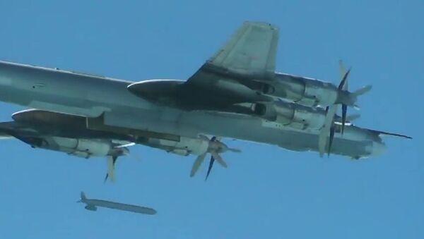 Bombowiec strategiczny Tu-95 Rosyjskich Sił Powietrzno-Kosmicznych  wypuszcza pociski manewrujące X-555 na obiekty PI w Syrii - Sputnik Polska