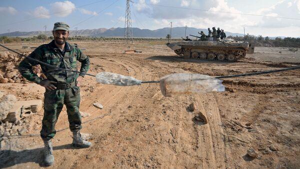 Żołnierze syryjskiej armii na pozycjach bojowych 20 km od miasta Palmira - Sputnik Polska