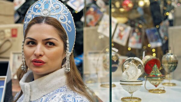 Budynek galerii handlowej GUM jest ozdobiony cukierkami, mandarynkami i pocztówkami. - Sputnik Polska