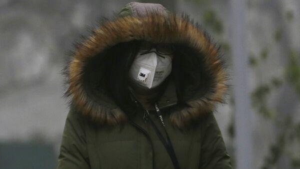 Chinka spacerująca w masce - Sputnik Polska