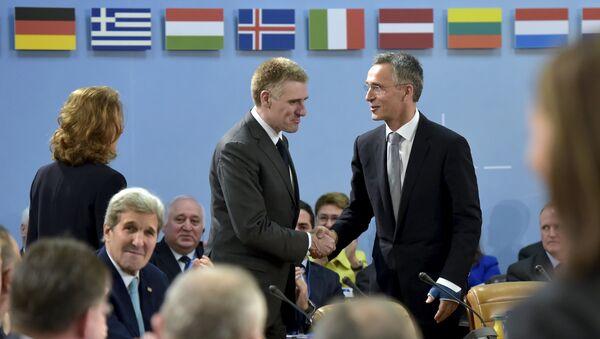 Minister spraw zagranicznych Czarnogóry Igor Luksic i sekretarz generalny NATO Jens Stoltenberg na spotkaniu w siedzibie NATO w Brukseli - Sputnik Polska