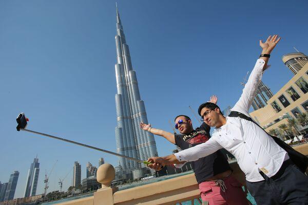 Turyści niedaleko wieżowca Burdż Chalifа w Dubaju - Sputnik Polska