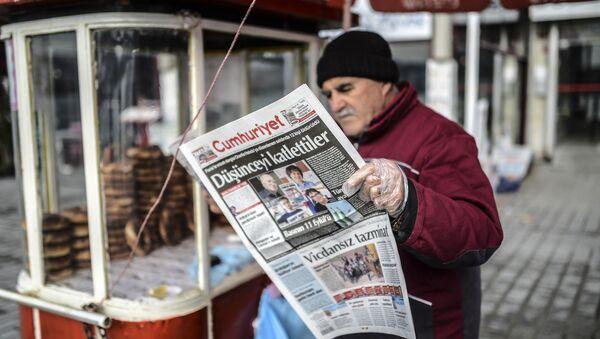 Człowiek czyta gazetę Cumhuriyet w Stambule - Sputnik Polska