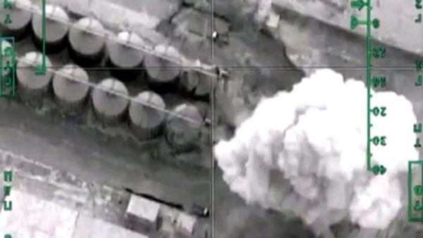 Zniszczenie rafinerii ropy naftowej terrorystów w prowincji Khafsa Kabir przez Siły Powietrzne Rosji - Sputnik Polska