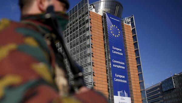 Belgijski wojskowy w pobliżu siedziby Komisji Europejskiej w Brukseli - Sputnik Polska