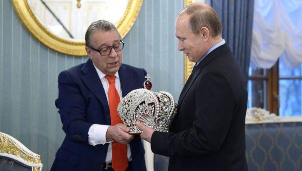 Kierownik artystyczny Teatru Estrady Giennadij Chazanow wręczył prezydentowi Rosji Władimirowi Putinowi kopię rosyjskiej korony cesarskiej. - Sputnik Polska