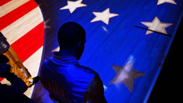 Człowiek na tle flagi Stanów Zjednoczonych - Sputnik Polska