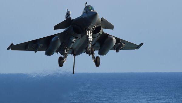 Francuski wielozadaniowy myśliwiec Rafale na Morzu Śródziemnym - Sputnik Polska