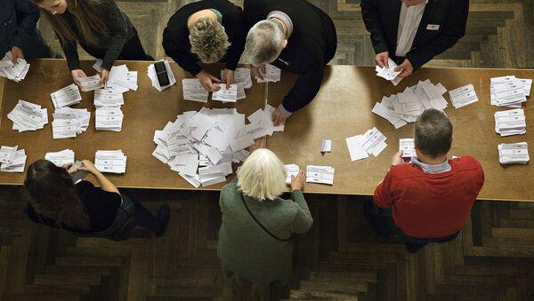Liczenie głosów po referendum w sprawie zbliżenia Danii z UE w Kopenhadze - Sputnik Polska