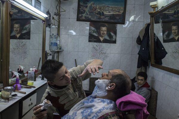 Fryzjer z klientem salonie fryzjerskim w Damaszku - Sputnik Polska