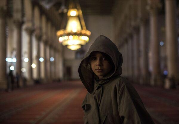 Dziewczyna w meczecie w Damaszku - Sputnik Polska