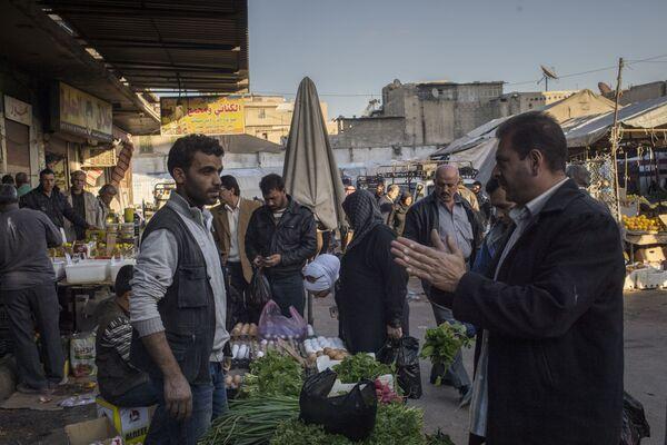 Mężczyzna na bazarze w Damaszku - Sputnik Polska