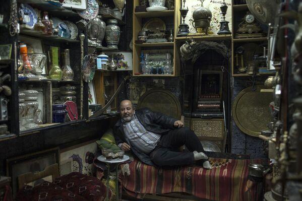 Sprzedawca w swoim sklepiku w Damaszku - Sputnik Polska