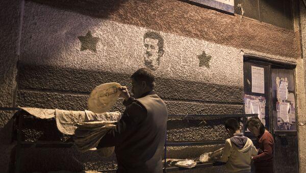 Ludzie przy piekarni w Damaszku - Sputnik Polska