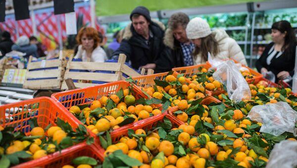 Mieszkańcy Omska kupują tureckie owoce w jednym ze sklepów - Sputnik Polska
