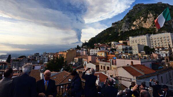 Dym nad miastem Taormina podczas erupcji wulkanu Etna na Sycylii - Sputnik Polska