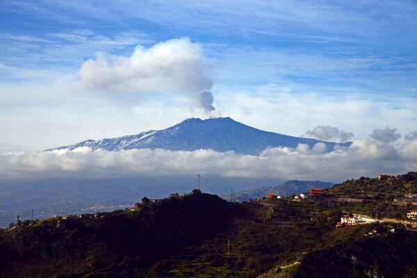 Erupcja wulkanu Etna na Sycylii - Sputnik Polska