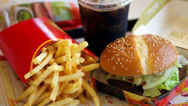 Frytki, hamburger i coca-cola w Macdonalds - Sputnik Polska