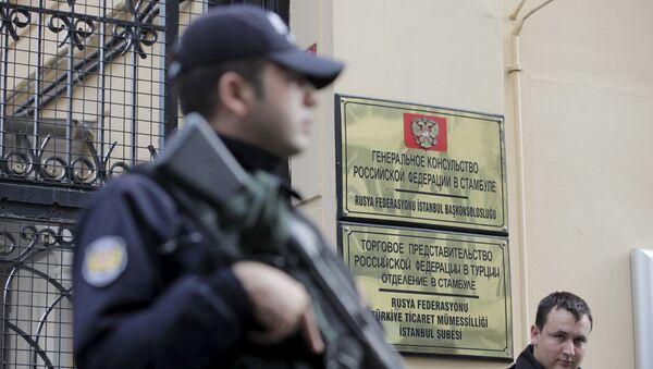 Policjant przed budynkiem konsulatu Rosji w Stambule - Sputnik Polska