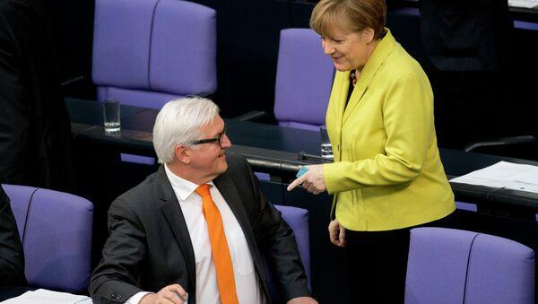Niemiecki minister spraw zagranicznych Frank-Walter Steinmeier i kanclerz Niemiec Angela Merkel - Sputnik Polska