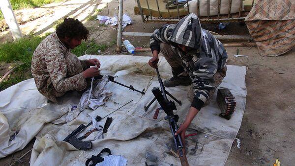 Bojownicy Daesh czyszczą swoje karabiny w Syrii - Sputnik Polska