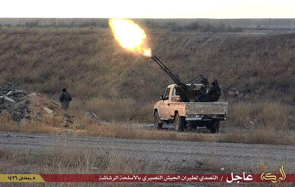 Bojownik Daesh kieruje ogień na syryjski samolot wojskowy w pobliżu miasta Hassakeh w Syrii - Sputnik Polska